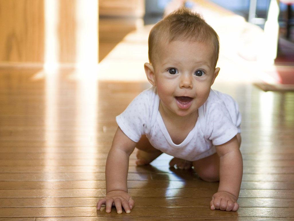 bé 8 tháng tuổi biết làm gì