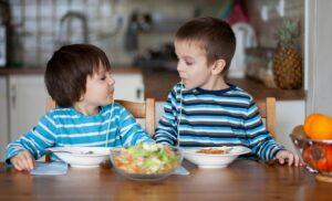 trẻ thích tự mình ăn cơm