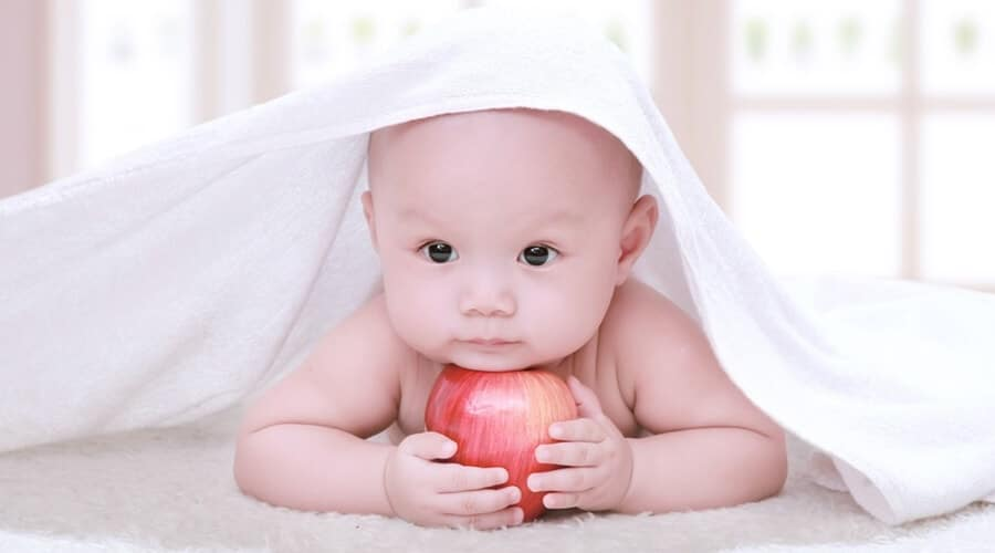 Trẻ 4 tháng biết làm những gì