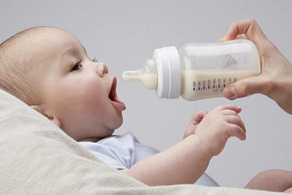 Nên hâm nóng sữa mẹ bao nhiêu độ để cho bé bú?