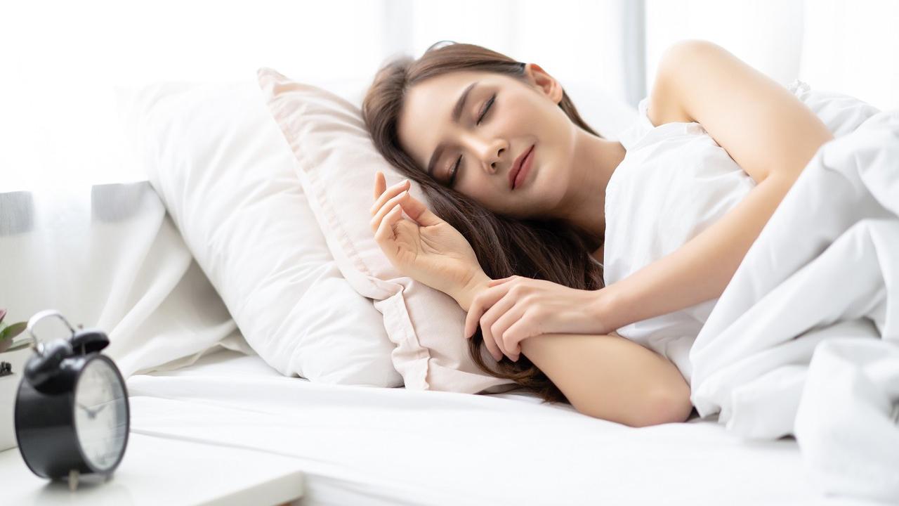 chăm sóc da mặt sau sinh bằng cách ngủ đủ giấc